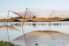 Pêcheurs traditionnels nets sur la rivière près de Hoi An, Vietnam Images stock
