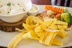 Pêchez avec du riz et des légumes et des puces de banane Photo libre de droits