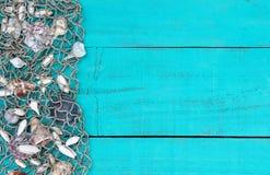 Pêchez la fabrication avec la frontière de coquilles sur le signe en bois bleu de sarcelle d'hiver Photographie stock