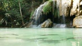 Pêchez la natation sous l'eau autour de la cascade d'Erawan, attraction touristique célèbre populaire dans Kanchanaburi, Thaïland banque de vidéos