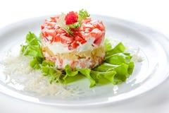 Pêchez la salade avec le caviar, les tomates et la laitue Image libre de droits
