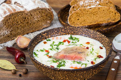 Pêchez la soupe crème avec des saumons dans la cuvette en bois photo libre de droits