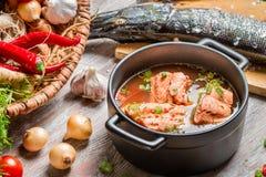Pêchez la soupe faite de légumes frais et saumons Images stock
