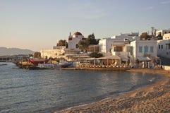 Pêchez le taverna sur le rivage de mer du compartiment Mykonos Photo stock