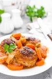 Pêchez les boulettes de viande ou les noisettes cuits au four avec la sauce de carotte, d'oignon et tomate Boulettes de viande de photographie stock