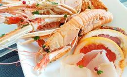 Pêchez les brochettes avec la crevette et les espadons cuits au four dans le four Photographie stock