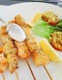 Pêchez les brochettes avec la crevette et les espadons cuits au four dans le four Photo stock