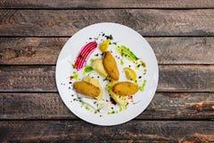 Pêchez les côtelettes bourrées des oeufs de caille avec de la purée de pommes de terre Photos stock