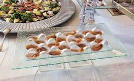 Pêchez les crudités de morceaux dans des cuillères blanches servantes avec la ciboulette Photos libres de droits