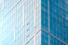 Pêchez les façades en verre d'une fenêtre des gratte-ciel financiers, un coin d'un plan rapproché de bâtiment Image stock