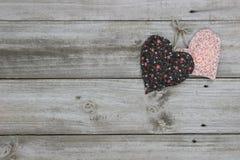 Pêssego e corações marrons que penduram na corda Foto de Stock