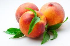 Pêssego. frutas com folhas. Isolado no branco fotografia de stock royalty free