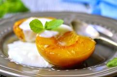 Pêssego grelhado com iogurte e mel imagens de stock