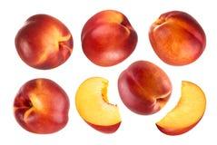 Pêssego isolado Coleção dos frutos inteiros e cortados do pêssego isolados no fundo branco com trajeto de grampeamento Imagem de Stock Royalty Free
