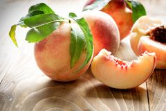 Pêssego suculento - pêssego delicioso em comer saudável da dieta saudável, pêssego orgânico imagens de stock
