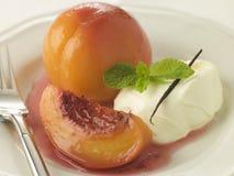 Pêssegos caçados nos Sauternes com nata Chantilly Imagens de Stock Royalty Free