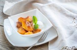 Pêssegos caramelizados com gelado de baunilha Imagens de Stock Royalty Free