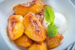 Pêssegos caramelizados com gelado de baunilha Imagem de Stock Royalty Free