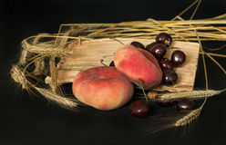 Pêssegos, cerejas, orelhas do trigo Fotografia de Stock