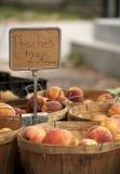 Pêssegos do mercado do fazendeiro Imagens de Stock Royalty Free