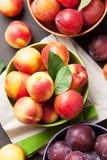 Pêssegos e ameixas maduros frescos Fotografia de Stock Royalty Free