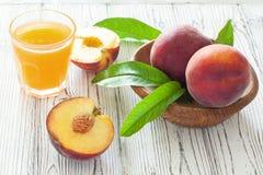 Pêssegos e suco maduros do pêssego Imagens de Stock