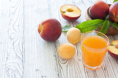 Pêssegos e suco maduros do pêssego Imagens de Stock Royalty Free