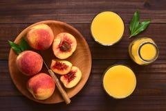 Pêssegos e suco maduros frescos do pêssego Foto de Stock