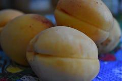 Pêssegos em uma placa Foto de Stock