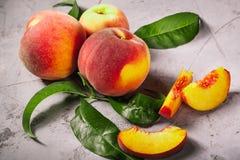 Pêssegos frescos, fundo do fruto do pêssego, pêssegos doces, grupo de p Fotos de Stock