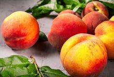 Pêssegos frescos, fundo do fruto do pêssego, pêssegos doces, grupo de p Imagens de Stock Royalty Free