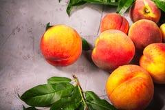 Pêssegos frescos, fundo do fruto do pêssego, pêssegos doces, grupo de p Fotografia de Stock