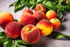 Pêssegos frescos, fundo do fruto do pêssego, pêssegos doces, grupo de p Imagem de Stock