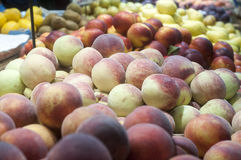 Pêssegos frescos na exposição Fotos de Stock
