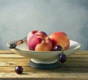 Pêssegos frescos na placa do vintage Imagem de Stock