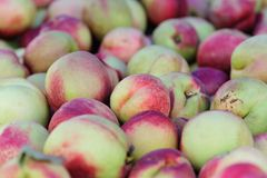 Pêssegos frescos no mercado Fotos de Stock
