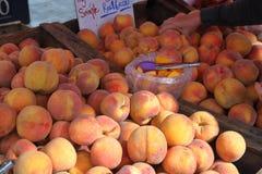 Pêssegos frescos no mercado dos fazendeiros fotos de stock royalty free