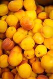 Pêssegos lisos no supermercado Foto de Stock Royalty Free