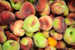 Pêssegos lisos no supermercado Imagem de Stock