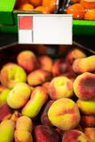 Pêssegos lisos no supermercado Fotografia de Stock Royalty Free
