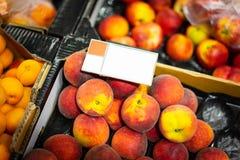Pêssegos lisos no supermercado Imagens de Stock Royalty Free