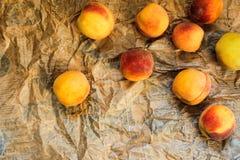 Pêssegos maduros derramados Fotos de Stock Royalty Free