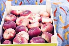Pêssegos maduros do figo no mercado de fruto de Catania, Sicília, Itália fotografia de stock royalty free