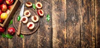 Pêssegos maduros em uma placa de corte Imagens de Stock