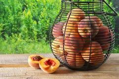 Pêssegos maduros na cesta Fotografia de Stock