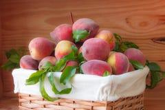 Pêssegos maduros na cesta Imagem de Stock Royalty Free