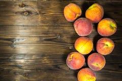 Pêssegos maduros na tabela de madeira Fotografia de Stock