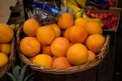 Pêssegos na venda no suporte de fruto Imagens de Stock