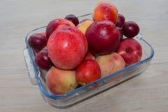 Pêssegos, nectarina e ameixas suculentos na mesa de cozinha Fruto na tabela Foto de Stock Royalty Free