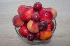 Pêssegos, nectarina e ameixas suculentos na mesa de cozinha Fruto na tabela Fotos de Stock
